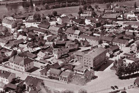 NYMOEN: Bildet er tatt en juli-dag i 1952. Nederst til venstre i bildet ses Nymoen folkeskole. Øverst til venstre ses Rektorboligen. I forgrunnen til høyre reiser Gyldenløve hotell seg. På skrå opp mot Tråkka, Nymoens torg, strekker Skolegata seg i hele sin lengde.