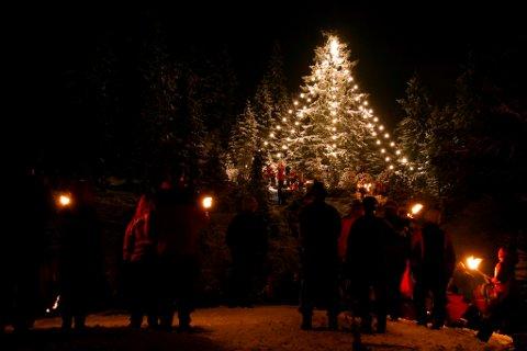 Julegrana er tent på Kraft.