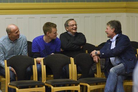 SE, DE PRATER: Grunneier Nils Chr. Gevelt i munter passiar med naborepresentantene Einar Kindberg (fra venstre), Helge Saltbones Rotevatn og Helge Jagland. Trolig var de ikke enig om alt ...