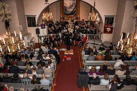 FULLT HUS: Frogner kirke var fullsatt og kapasiteten på parkeringsplassen utenfor var helt sprengt søndag kveld.