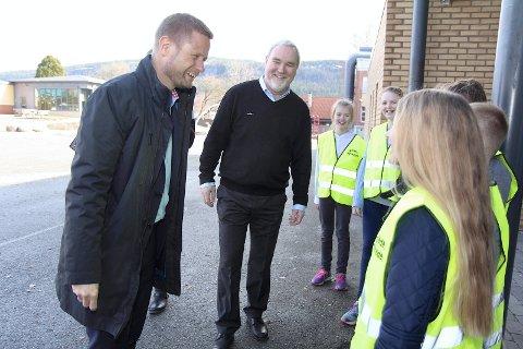 TOK IMOT: Rektor Roar Bogerud var også med i velkomstkomiteen da Sylling skole fikk storfint besøk mandag. Her er det helseminister Bent Høie som ønskes velkommen.