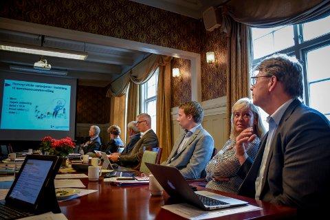 Ordfører Helene Justad og rådmann Hans Petter Christensen under presentasjonen av undersøkelsen tirsdag formiddag.