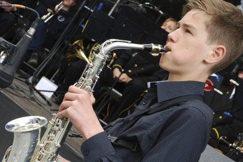 FÅR STØTTE: Herman Støa Sannes (14) mottok Lierstøtten under årets Lierdager og kvitterte med et nydelig solostykke for saksofon.