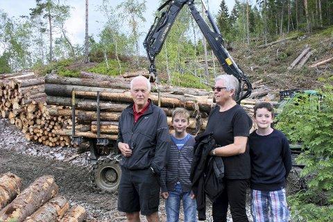 FORNØYDE: Walter Wilhelmsen med barnebarnet Mathias Kousgaard Wilhelmsen_kona Solveig Opsahl Wilhemsen og barnebarnet Fredrik Kousgaard Wilhemsen, synes det er fint at det hogges skog i Gullaugkleiva.