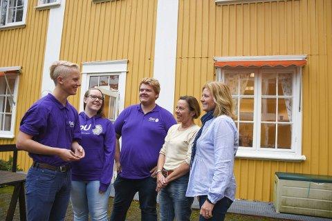 PÅ BESØK: FpUs Marius Svartås, Isabelle Jansen Søgård og Thomas Klingen besøkte Anne Rasch-Haugen og Christin E. Moen på Frogner.