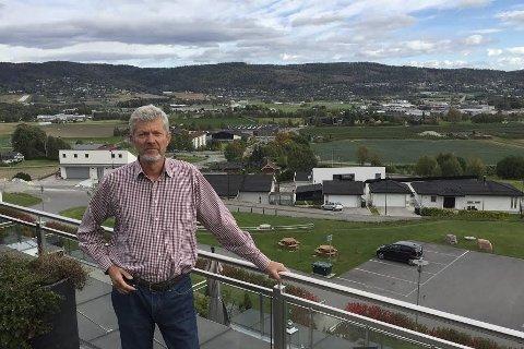 Fagre lierdal: Fra sin leilighet har Bjørn Haugsvær god utsikt over Ytre Lier, et område han mener blir rasert hvis veivesenet får gjennomført ideen om en Lierdiagonal.Foto: Pål A. Næss