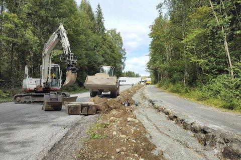 GRAVER PÅ GJELLEBEKK: Det graves nå grøfter for å kunne trekke strømledninger langs Gjellebekkveien.