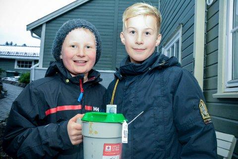 BLIDE BØSSEBÆRERE: Tiåringene Vegard Hennum (t.v.) og Ole Øyvind Gebhardt, som begge går i 5. klasse på Hennummarka skole, var med som bøssebærere under søndagens TV-aksjon.