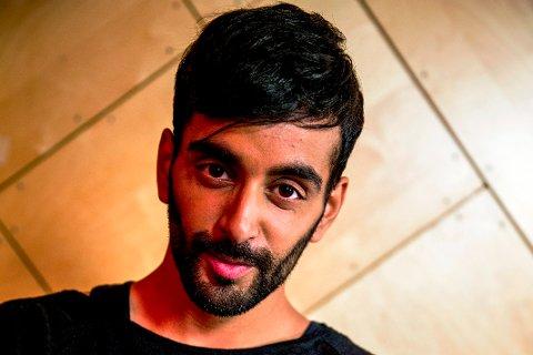 TIL LIER: Adil Khan deler tanker og erfaringer fra sitt eget liv under Debatten på Lier bibliotek i kveld.