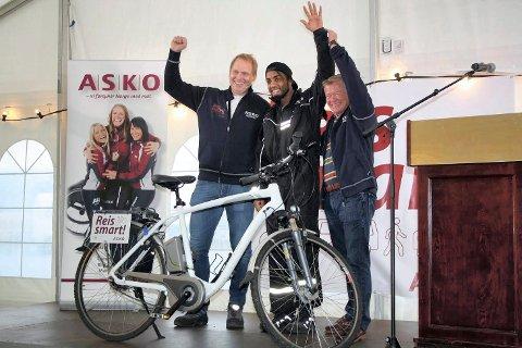 VANT HOVEDPREMIEN: Daglig leder Knut-Andreas Kran (t.v.) og styreleder Torbjørn Johannson (t.h.) jublet sammen med den heldige vinneren av en elsykkel, læring Imad Salih.