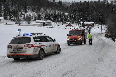 STENGTE VEIEN: Politiet gikk til det drastiske skritt å stenge Vestsideveien på grunn av vanskelige kjøreforhold.
