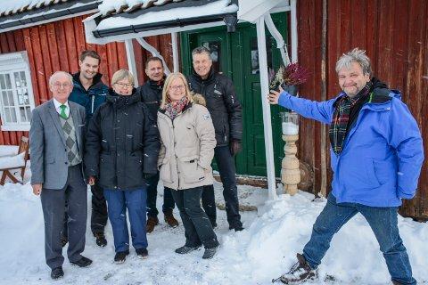 HAUGSTUA: Skikongen Thorleif Haugs hjem på Årkvisla blir utgangspunkt for et levende landskap, fylt med kulturminner, hvis Knut Olaf Kals (til høyre) får det som han vil. På møtet i stua var (fra venstre) Erik Jølberg (grunneier), Terje Olav Ryd (skogbrukssjef), Marit Fjelltun (landbrukssjef), Torgeir Bjerknes (Lier kommune), Gry Løberg (jordbrukssjef) og Lars Kyllingstad (jordbrukskonsulent).