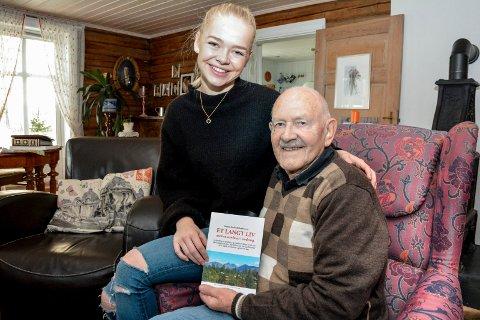 Verdifullt dokument: Sverre Arnfred Nordmoen (89) og barnebarnet Sunniva Nordmoen Pedersen (19) med boka Sverre har skrevet – etter at Sunnvia som sjuåring spurte hva bestefaren lekte med som liten. FOTO: BENEDIKTE HÅKONSEN