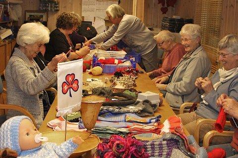 Hard jobbing: De driftige damene i Sjåstad sanitetsforening har produsert mye flott til julemessa.arkivfoto: benedikte håkonsen