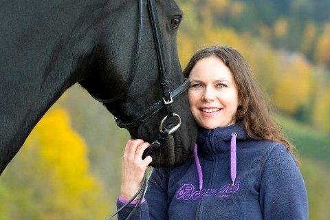Glad i Hest: Tina kan godt tenke seg hest på gården, i tillegg till flere andre dyr. – Det er helst dyr jeg vil holde på med, sier hun.