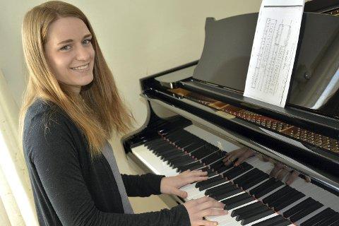 SANG OG MUSIKK: Sangeren Sunniva Fevang (19) slapper av ved pianoet hjemme i stua.