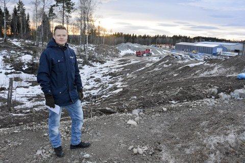 IKKE GODT NOK: Nabo Helge Saltbones Rotevatn mener Kværnertomta bør sikres bedre, med gjerder rundt hele tomten – også i anleggsfasen.