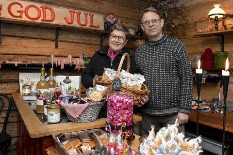Trivelig vertskap: Grethe og Ragnar Swift oppfyller kundenes ønsker på Frukt- og juletregården, enten det dreier seg om juletre og nek, eller diverse geleer og moser.Foto: Benedikte håkonsen