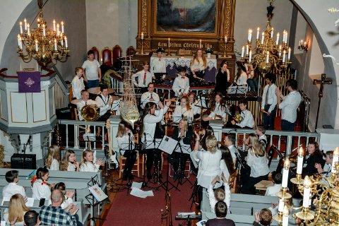 HØSTET JUBEL: Både publikum, korpsdirigenten og de øvrige korpsmedlemmene kvitterte med stor jubel og applaus etter slagverkgruppas fabelaktige framføring av Carol of the Bells, under julekonserten i Frogner kirke onsdag kveld.