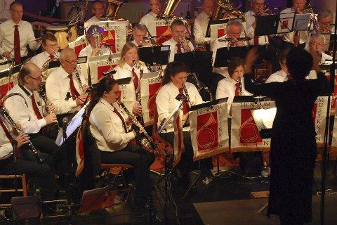 JULEKONSERT: Hennummusikken spiller somregel julekonsert for to fulle kirkehus på Tranby.