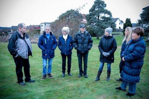 FRYKTER URO, BRÅK OG UTRYGGHET: – Det blir helt feil å plassere boliger for personer som kan være både rusa og psykisk ustabile midt i et område med barnefamilier, og rett ved siden av en lekeplass, sier disse naboene på Lierstranda. Fra venstre: Øyvind Sem, Bengt Olav Bråthen, Anne Brit Hagby, Vidar Grønli, Turid Solberg, Nanty Knudsen og Berit Pedersen.