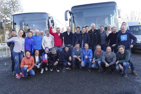 På tur med Haugen: Rundt 30 skiløpere var med på Birken-bussen fra Lier der reiseleder Nils Haugen holdt styr troppene til de skulle reise hjem. Her har alle kommet seg over fjellet og er klare for hjemturen. Storebror Oddbjørn har vært bussjåfør hvert år siden 2003.