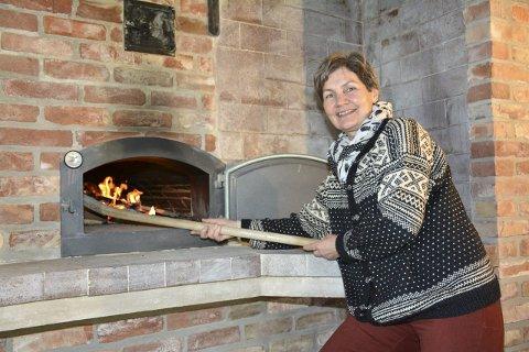 FYR I BAKEROVNEN: I august åpner Marihøna Gårdsutsalg på Hårberg gård på Tranby, og Mette Aune skal fylle den store ovnen med velduftende brød.