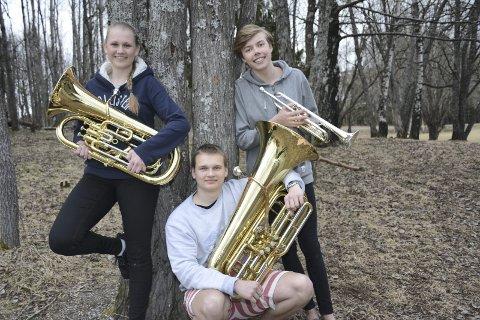 LIKE BLIDE: Det gikk ikke som forventet for Tranby skolekorps i helgens konkurranse, men det er andre ting ved korps som er viktigere enn konkurranser, sier Henriette Berg (16)(baryton), Thomas Digregrind (17)(trompet), Daniel Bjørklund (17)(tuba).