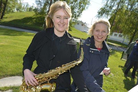 GOD STEMNING: Saksofonist Åshild Henriksen og forfatter Marit Reiersgård sto for det kunstnerlige innslaget under Hallvardsok søndag 15. mai på Huseby.