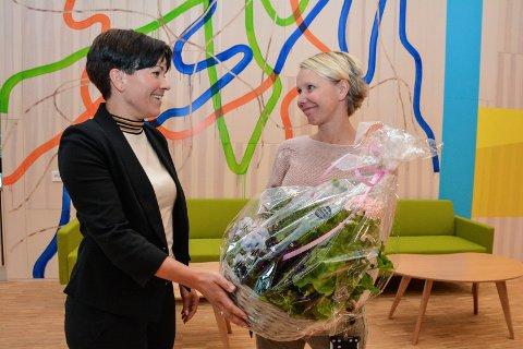 BLOMSTERHILSEN: Ordfører Gunn Cecilie Ringdal hadde med blomster og gratulasjoner til ansatte og beboere. Det ble tatt vel imot av virksomhetsleder Kjersti Tuvnes Lunder.