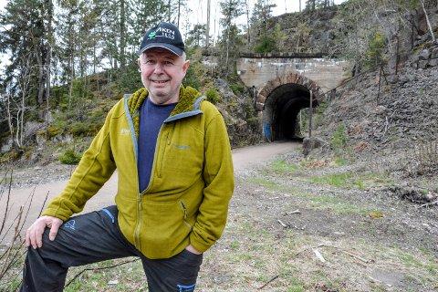 MÅ KJØRE PÅ TUR- OG SYKKELVEIEN: Bjørn Thrane ber både maskinførere, syklister og turgåere om å ta hensyn til hverandre når det skal fraktes tømmer ut via den gamle jernbanetraseen.