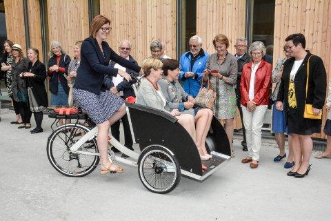 RULLET INN: Aktivitør Siv Aida Berntzen syklet stortingsrepresentant Kristin Ørmen Johnsen og ordfører Gunn Cecilie Ringdal til åpningsfesten.