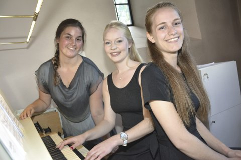 UNGE OG TALENTFULLE: Frida Lund-Larsen (19)(til venstre), Ellinor Grimnes (20) og Sunniva Fevang (19) holdt sommerkonsert i Frogner kirke. Bilde: Stein Styve
