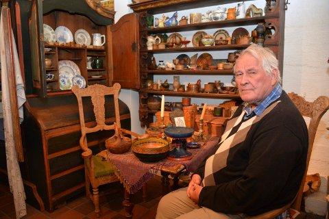 SOM ET MUSEUM: Egil Halvorsen (75) omgitt av et lite utvalg av sine mange bondeantikviteter hjemme på Gommerud gård.