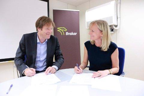 SIGNERTE KONTRAKT: Administrerende direktør i Brakar, Terje Sundfjord og regiondirektør Buskerud i Nettbuss, Marianne Renolen undertegnet tirsdag ettermiddag en avtale om bruk av fossilfritt drivstoff.