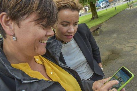 Engasjerer: Venstres Tove Hofstad (t.v.) viser ordfører Gunn Cecilie Ringdal hvordan PokémonGo fungerer. Begge mener dette kan være positivt for framtiden.