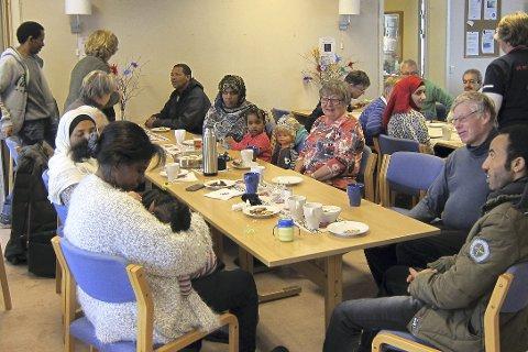 MØTES PÅ TVERS AV KULTUR OG BAKGRUNN: Lier Sanitetsforenings «Smalltalk kafé» på Lierbyen seniorsenter er blant tilbudene som videreføres for å bidra til at flyktninger skal bli bedre kjent med liungene og Lier-samfunnet. ARKIVfoto