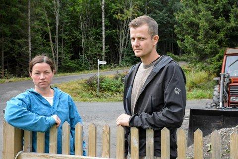 FRYKTER MYE STØY OG TRAFIKK: Mari Marki Norheim og Bjørn Guddal Hansen trives godt på Oddevall, men nå frykter de at det vil bli et mareritt å være bosatt like ved trafostasjonen.