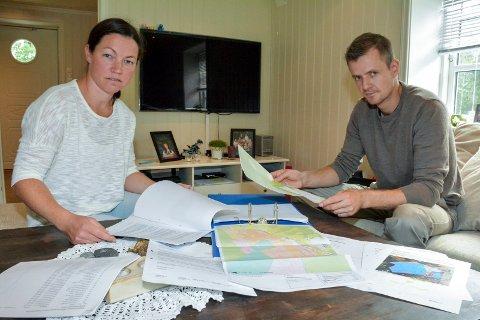 MYE PAPIRER: Mari og Bjørn sier de har måttet etterlyse alt de har fått av informasjon fra Statnett.