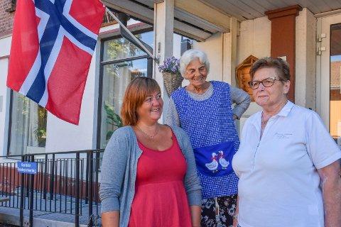 KOM TIL OSS: Kari Tomine Isene Bodnar (t.v.), ansvarlig på Lierbyen seniorsenter, og Laila Stensen og Anne Lise Hansen Iversen, begge fra brukerrådet, ønsker nye pensjonister velkommen.