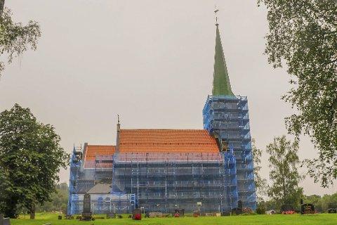 Pusses opp: Sjåstad kirke er ikledd blå beskyttelse under oppussingsarbeidet. Foto: Pål A. Næss