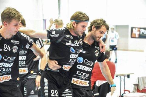 SKADET: Fredrik Utengen måtte hjelpes av banen etter å ha fått en skade i kneet under kampen mot Halden søndag. Det er fortsatt uvisst hvor alvorlig skaden er.