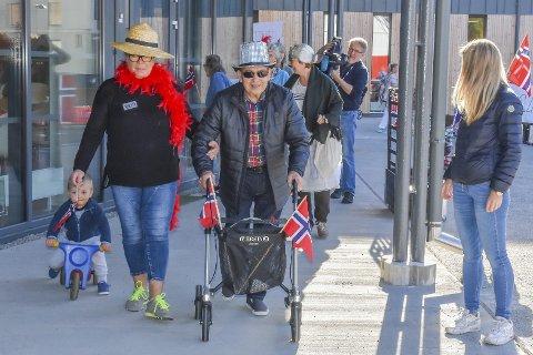 Første runde: Med norske flagg og kreative anrekk  la løperne i vei rundt løypa på Fosshagen - både de med rullator, rullestol og trehjulsykkel - pluss flere deltagere til fots.