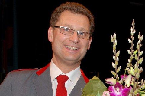 ÆRESMEDLEM. Henrik Trømborg (til venstre) får utdelt diplom av Tranby skolekorps' styreleder, Sven Fossum, under jubileumskonserten i Asker kulturhus.