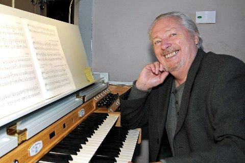På plass: Per Egil Hovland godt plassert bak orgelet i Frogner kirke, hvor han er verskap både for artister og publikum under Stille time.Arkivfoto