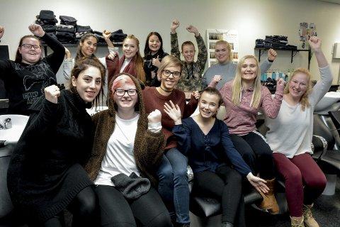 JUBLER: Elevene jubler over vedtaket om å beholde frisørlinja på St. Hallvard videregående skole. Bak fra venstre: Emma Keele (17), Khaterah Rahimi (17), Karoline Olofsson Romuld (19), Emma Helen Fredsvik Kolstad (17), Caroline Brunsell Foss (17) og Camilla Wear (17). Foran fra venstre: Segul Karim (21), Robin Berg (19), Weronika Szewczuk (17), Charlotte Weidemann Erke (17), Rebecka Hodt Holm (17) og Marie Thygesen (17).
