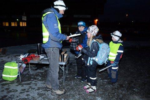 TOK IMOT: Eskil og Emine Solberg var ikke sene om å takke ja til en ekstra refleks fra Øystein og Oskar Mørk under refleksaksjonen på Lierskogen torsdag morgen.