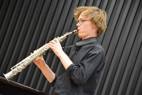TANGO: Eivind Leifsen (18) imponerte med spenstig tangomusikk på saksofon under fredagens nyttårskonsert i musikk- og dansehuset på St. Hallvard videregående skole.