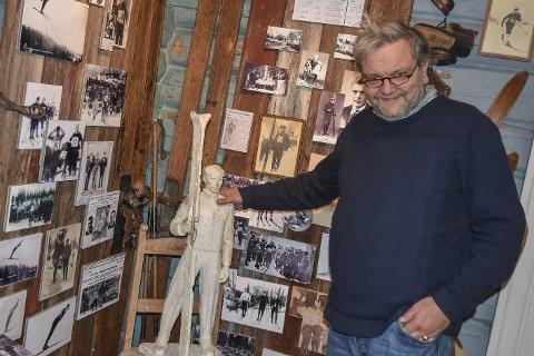 I Hauerns rike: Knut Olaf Kals med en hånd på skulderen til en av modellene som ble vurdert da skulpturen av Thorleif Haug skulle produseres.