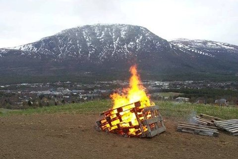 BÅLPROTEST: Bondelaget og Bygdekvinnelaget brenner bål flere steder i Lier i dag, i protest mot Landbruksmeldingen.